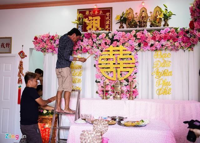 Người nhà Kỳ Hân hoàn tất khâu trang trí cuối cùng cho bàn thờ tổ tiên.