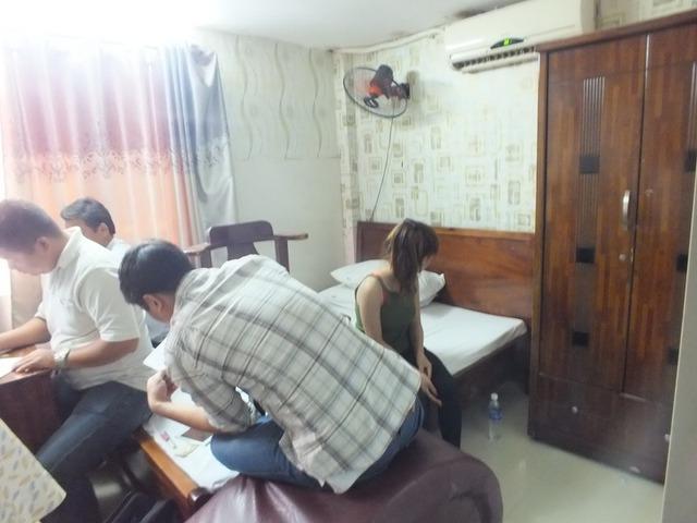 Lực lượng chức năng ập vào phát hiện hành vi mua bán dâm tại khách sạn.