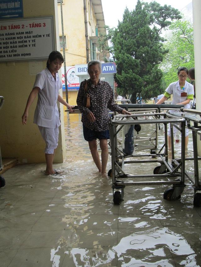 Việc di chuyển của nhân viên y tế, bệnh nhân trở nên khó khăn.