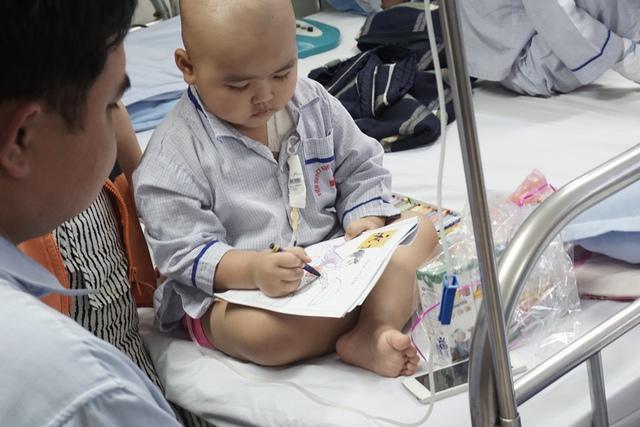 Bé Giang đang chăm chú hoàn thành bức tranh tô màu Anh bồi bàn của mình.Ảnh N.Mai