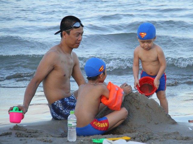 Cha và con thoải mái chơi trò chơi bên biển...Ảnh: Đức Hoàng