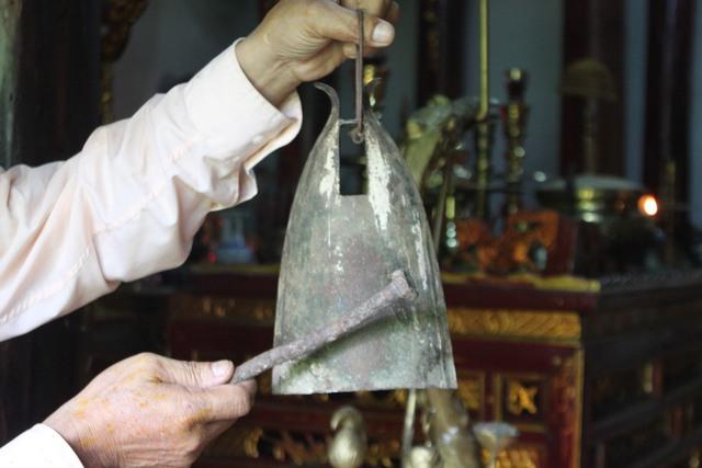 Chiêng đồng ở đền với tuổi đời hàng trăm năm. Ảnh: H.Phương