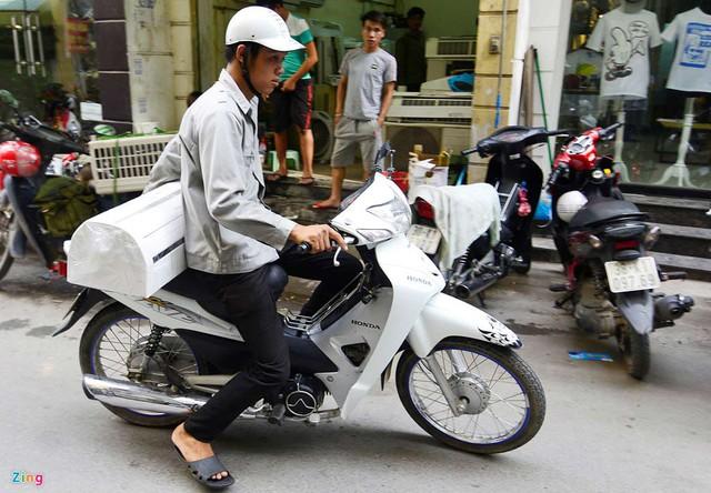 Thợ sửa, lắp điều hòa trên con phố này liên tục đi giao hàng cho khách trên địa bàn các quận Đống Đa, Ba Đình...