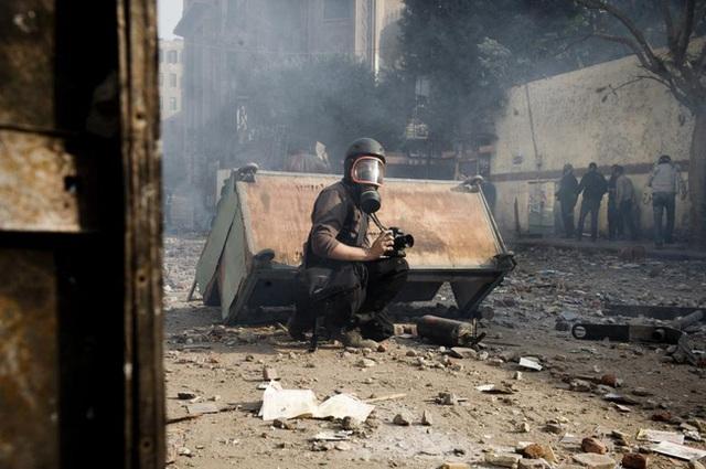 Nhiếp ảnh gia người Pháp Remi Ochlik trong bức ảnh được chụp tại Cairo, Ai Cập vào ngày 23/11/2011. Ngày 22/2/2012, Remi cùng phóng viên người Mỹ Marie Colvin đã thiệt mạng tại thành phố Homs của Syria khi tên lửa của lực lượng quân đội Syria rơi trúng vào ngôi nhà nơi 2 phóng viên ẩn náu.