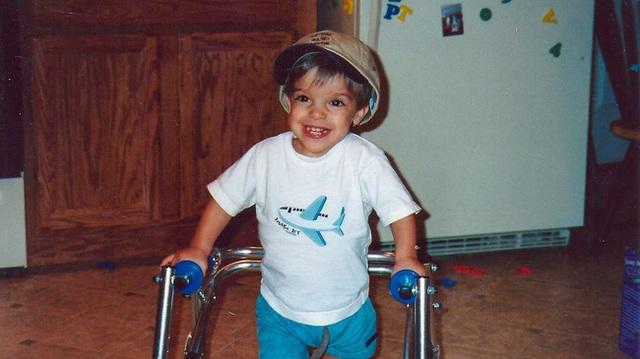 Samuel nở nụ cười tươi rói khi đang tập đi.