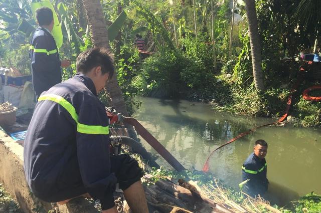 Lực lượng Cảnh sát cứu hoả bơm nước từ dưới rạch để chữa cháy.