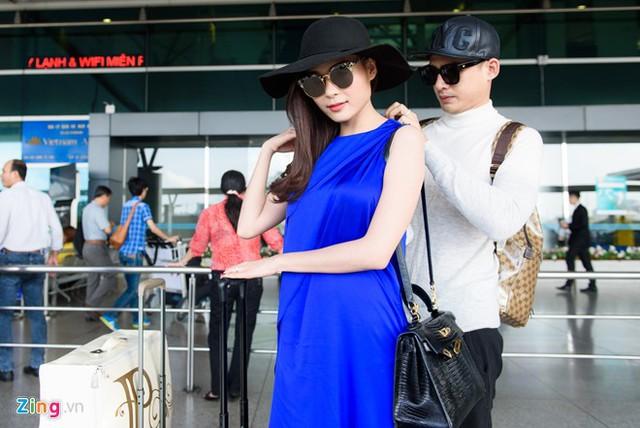 Lương Thế Thành cẩn thận chỉnh lại trang phục cho vợ.