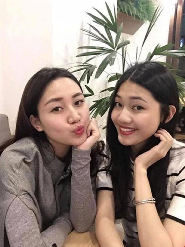 Ngoài đời là chị em gái nên cả hai thường xuyên có nhiều chia sẻ và dễ dàng tâm sự với nhau.
