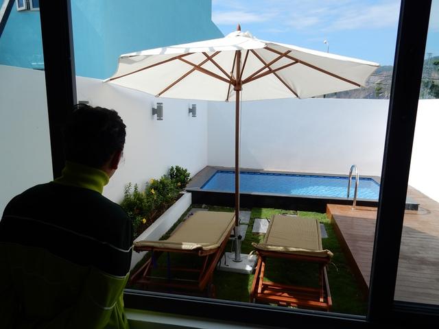 Phía sau nhà có tiểu cảnh, hồ bơi. Từ phòng bếp nhìn ra thấy không gian thoáng đãng, mát mẻ. Các tính năng của một ngôi nhà thông minh được tích hợp ở đây một cách toàn diện. Ảnh: Đức Hoàng