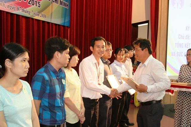 Lãnh đạo BV Q.2 Nguyễn Văn Khanh cùng với đại diện các cơ sở y tế trên địa bàn TP.HCM nhận khen thưởng vì những đóng góp tích cực trong lĩnh vực cung ứng dịch vụ KHHGĐ suốt thời gian qua.