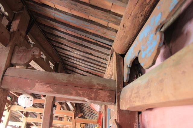 Bên trong chùa Cầu hiện nhiều hạng mục đã xuống cấp nghiêm trọng...
