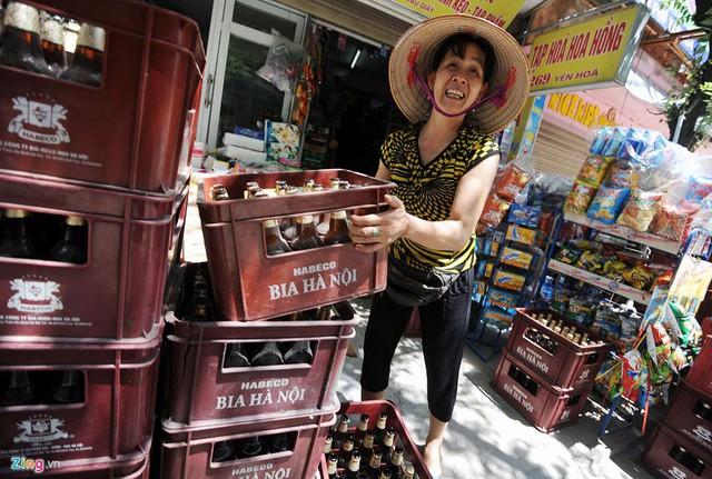 Trong khi đó các mặt hàng khác như bia hơi, đá lạnh... đều rất đắt khách. Một chủ cửa hàng trên phố Yên Hòa (quận Cầu Giấy) cho biết, số lượng bia do quán nhập về những ngày nắng nóng tăng gấp hai lần.