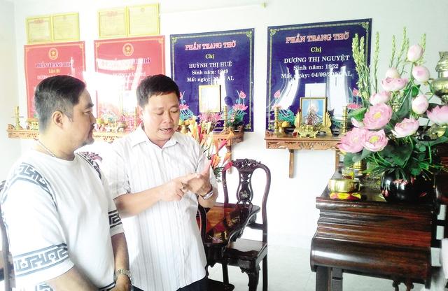 Nhà báo Châu Bá Thông (trái), người giới thiệu chúng tôi với anh Hoàng Tuấn, đang lắng nghe những tình huống hy sinh của các Liệt sĩ là thành viên trong đại gia đình.