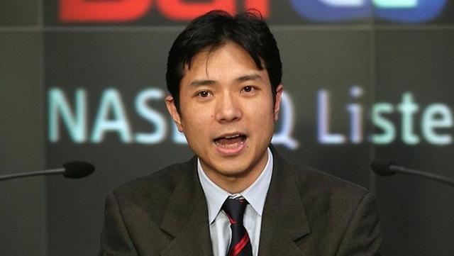7. Jay Y. Lee  Tuổi: 48  Tài sản: 6,4 tỷ USD  Quốc tịch: Hàn Quốc  Lee là con trai duy nhất của Chủ tịch Samsung - Lee Kun-hee. Ông tham gia vào Samsung Electronics năm 1991, trở thành phó chủ tịch công ty này năm 2013. Việc chuyển giao quyền lực bắt đầu được chú ý từ tháng 5/2014, khi cha ông phải nhập viện vì đau tim giữa lúc đế chế này đang trải qua đợt tái cấu trúc lớn. Jay Lee có bằng Đại học quốc gia Seoul, Đại học Keio (Nhật Bản) và từng tham gia theo học Tiến sĩ tại Trường Kinh doanh Harvard.        8. Jerry Yang  Tuổi: 48  Tài sản: 1,65 tỷ USD  Quốc tịch: Mỹ  Yang bỏ ngang chương trình tiến sĩ tại Đại học Stanford năm 1995 để cùng David Filo thành lập Yahoo. Ông cũng có thời gian ngắn làm CEO hãng này, trước khi từ chức vào tháng 1/2009. Yang hiện tập trung vào đầu tư mạo hiểm, chuyên rót vốn cho các hãng công nghệ mới. Từ năm 2012, công ty của ông - AME Cloud Ventures đã đổ vốn vào hơn 50 doanh nghiệp, trong đó có Wattpad và Tango. Ông cũng là thành viên Hội đồng Quản trị Alibaba.        9. Phạm Nhật Vượng  Tuổi: 48  Tài sản: 1,9 tỷ USD  Quốc tịch: Việt Nam  Trong danh sách của Forbes, Chủ tịch Vingroup - Phạm Nhật Vượng vẫn là đại diện duy nhất của Việt Nam suốt 3 năm qua. Ông hiện đứng thứ 1.118 thế giới với 1,9 tỷ USD, nhỉnh hơn năm ngoái 0,3 tỷ USD. Năm 2013,Forbeslần đầu tiên đưa tên ông vào danh sách này với tài sản 1,5 tỷ USD, đứng thứ 974.    Theo VnExpress