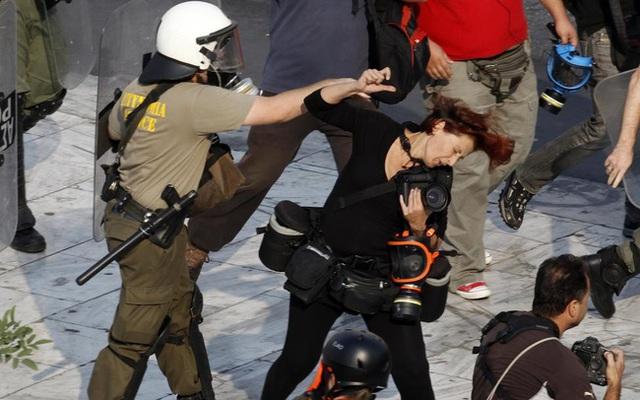 Cảnh sát chống bạo loạn đấm phóng viên người Hy Lạp, cô Tatiana Bolari trong một cuộc biểu tình ở Quảng trường Syntagma, Athens, ngày 5/10/2011.