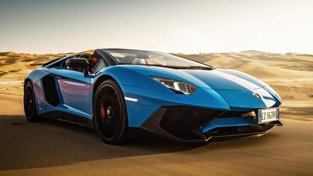 Sẽ là thiếu sót nếu 10 siêu xe mui trần nhanh nhất thế giới lại không có đại diện nào của Lamborghini. Ở vị trí thứ 5 là mẫu Lamborghini Aventador SV Roadster. Động cơ xe vẫn là loại 6,5 lít V12 nhưng công suất tăng lên thành 750 mã lực, và trọng lượng khô giảm 50 kg so với bản coupe, về mức 1.575 kg. Xe tăng tốc 0-97 km/h trong dưới 3 giây, tốc độ tối đa đạt khoảng 349 km/h.