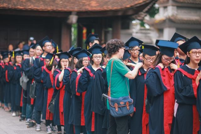 Hôm qua, 19/5, 310 học sinh lớp 12 cùng các thầy cô trường THPT Lương Thế Vinh - Hà Nội đã cùng nhau tham gia chương trình mang tên Dã ngoại tâm linh tại 2 địa điểm là đền Đô và chùa Hàm Long (Bắc Ninh).