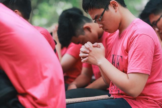 Các em học sinh ai cũng hòa hừng với hoạt động này. Trong ảnh, một học sinh đang thành kính nghe giảng đạo.