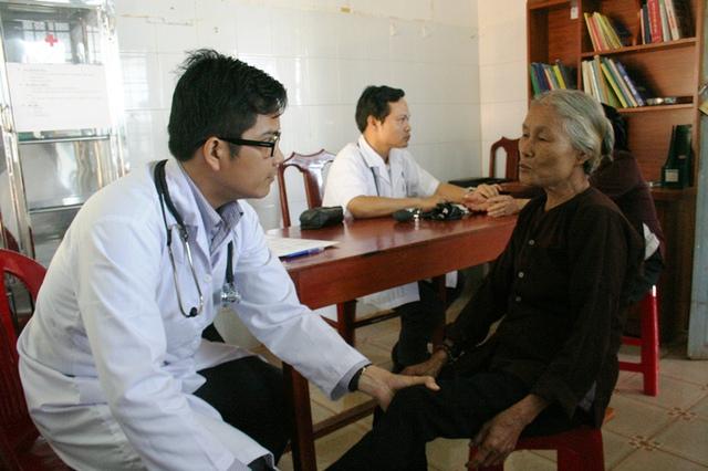 Để người dân không đợi lâu, đoàn thiện nguyện phải nhờ Phòng khám Bác sĩ Gia đình (Q. Bình Thạnh) chi viện BS Quang Bảo.