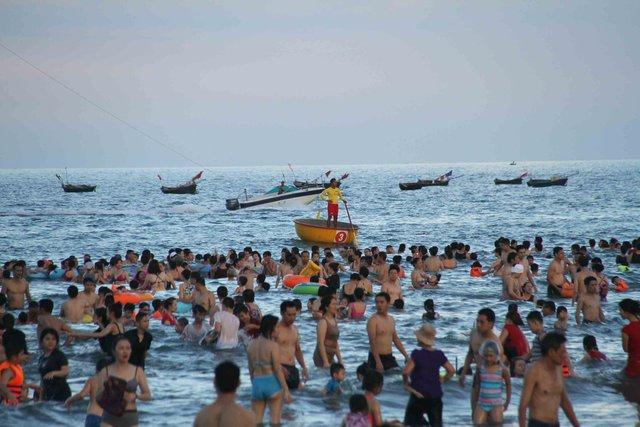 Du khách và người dân thoải mái tắm biển trong vùng cho phép và luôn luôn được lực lượng cứu hộ túc trực, theo dõi để nếu có sự cố không may xảy ra sẽ được ứng cứu kịp thời. Ảnh: Đức Hoàng