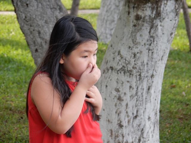 ...thấy cá chết quá nhiều và mùi hôi thối, em nhỏ không chịu mùi được liền bịt mũi, chạy vào nhà, không vui chơi trong công viên như mỗi ngày. Ảnh: Đức Hoàng