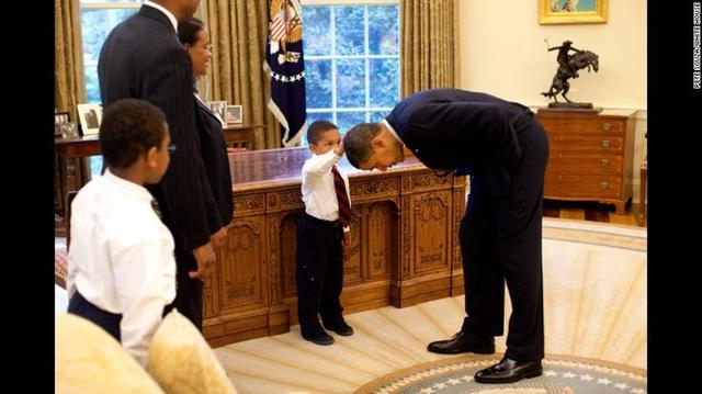 Hiếm có vị Tổng thống nào lại có hành động cúi đầu thân thiện như ông Obama. Bức ảnh từng được lan truyền mạnh mẽ trên mạng xã hội.