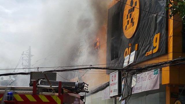 Đến 11h50, ngọn lửa vẫn bốc cháy dữ dội dù cảnh sát PCCC tích cực phun nước vào bên trong.