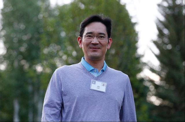 8. Jerry Yang  Tuổi: 48  Tài sản: 1,65 tỷ USD  Quốc tịch: Mỹ  Yang bỏ ngang chương trình tiến sĩ tại Đại học Stanford năm 1995 để cùng David Filo thành lập Yahoo. Ông cũng có thời gian ngắn làm CEO hãng này, trước khi từ chức vào tháng 1/2009. Yang hiện tập trung vào đầu tư mạo hiểm, chuyên rót vốn cho các hãng công nghệ mới. Từ năm 2012, công ty của ông - AME Cloud Ventures đã đổ vốn vào hơn 50 doanh nghiệp, trong đó có Wattpad và Tango. Ông cũng là thành viên Hội đồng Quản trị Alibaba.        9. Phạm Nhật Vượng  Tuổi: 48  Tài sản: 1,9 tỷ USD  Quốc tịch: Việt Nam  Trong danh sách của Forbes, Chủ tịch Vingroup - Phạm Nhật Vượng vẫn là đại diện duy nhất của Việt Nam suốt 3 năm qua. Ông hiện đứng thứ 1.118 thế giới với 1,9 tỷ USD, nhỉnh hơn năm ngoái 0,3 tỷ USD. Năm 2013,Forbeslần đầu tiên đưa tên ông vào danh sách này với tài sản 1,5 tỷ USD, đứng thứ 974.    Theo VnExpress