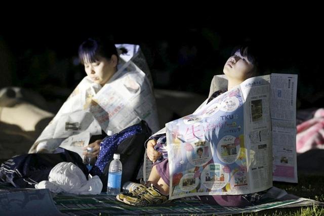 Không có nhà để ở, không có chăn để đắp, những người dân Nhật Bản lạc quan sử dụng ngay những tờ báo mỏng manh để quấn quanh người nhằm giữ ấm giữa đêm tối lạnh lẽo.