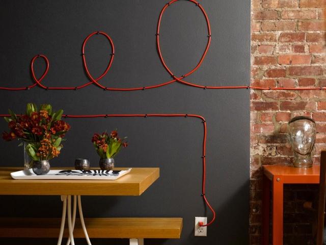 7. Nếu không thể giấu kín dây điện phiền phức thì hãy biến chúng thành đồ trang trí luôn nhé.