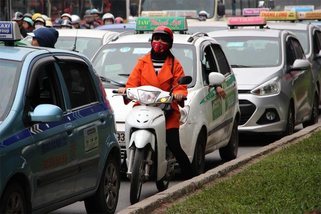 Người phụ nữ này đi sai làn, đang cố tìm cách thoát khỏi vòng vây của ô tô