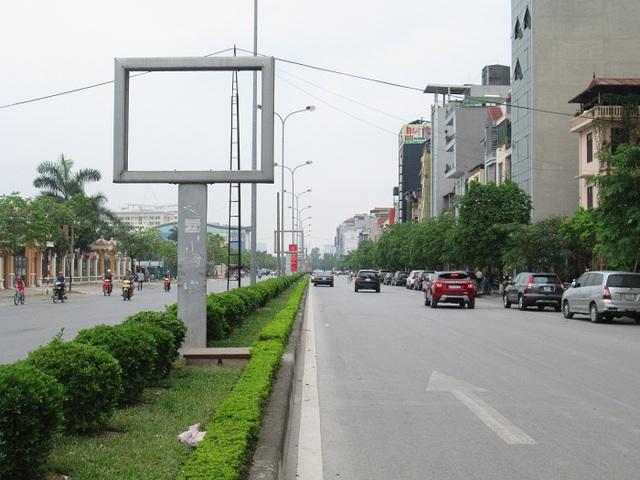 Những tấm biển quảng cáo chỉ còn lại bộ xương trơ giữa đường Trần Vỹ (Cầu Giấy).