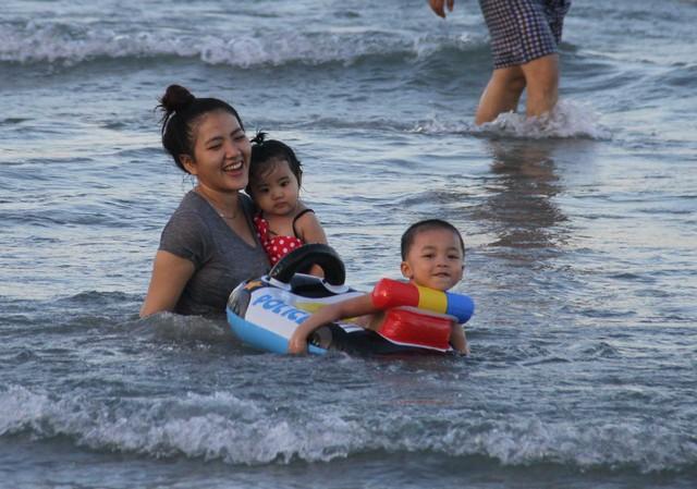 Mẹ con cùng vui chơi trên biển...Ảnh: Đức Hoàng