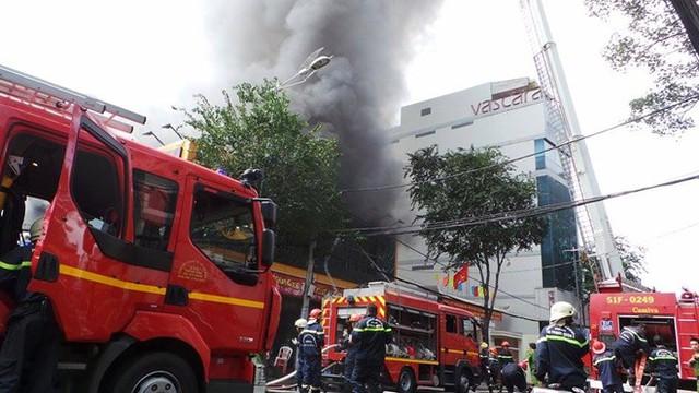 Theo người dân, vụ hỏa hoạn xuất phát từ một ga ra ôtô phía sau siêu thị. Thời điểm xảy ra vụ việc có nhiều tiếng nổ khiến hàng chục nguời ở gần tháo chạy.