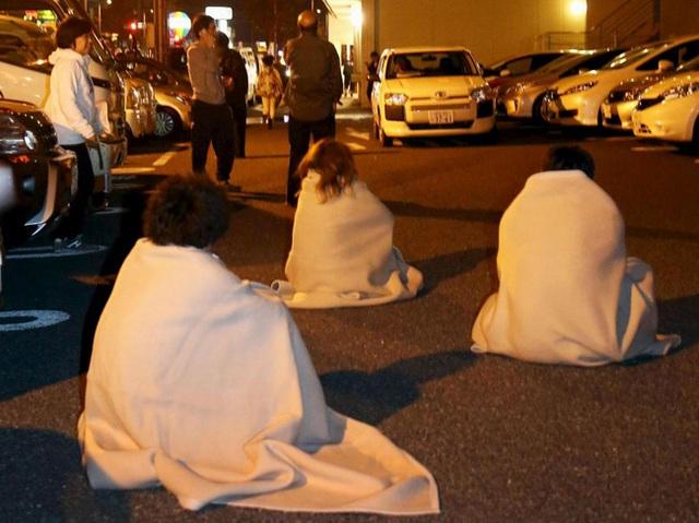 Tại nơi tạm trú, không ai bảo ai, tất cả đều ổn định chỗ ngồi và tuân theo hướng dẫn của lực lượng an ninh.