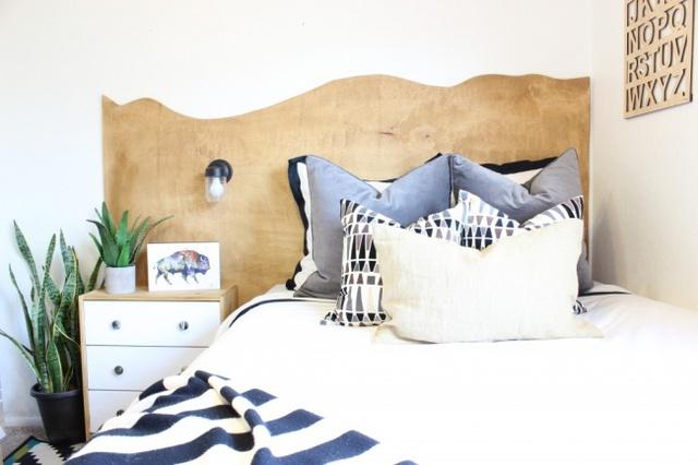 8. Phòng ngủ diện tích nhỏ không có nghĩa là bạn không được nghịch ngợm sáng tạo với khu vực đầu giường.