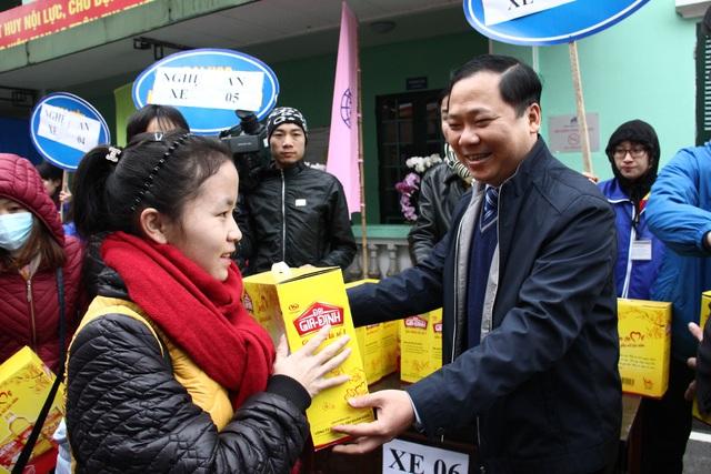 Anh Nguyễn Phi Long, Bí thư Trung ương Đoàn, Chủ tịch Trung ương Hội LHTN Việt Namtặng quà cho các nữ công nhân