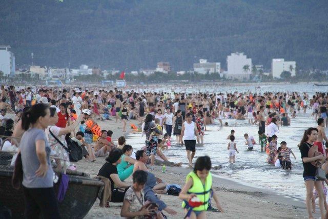 Biển Đà Nẵng đông nghịt người...Ảnh: Đức Hoàng