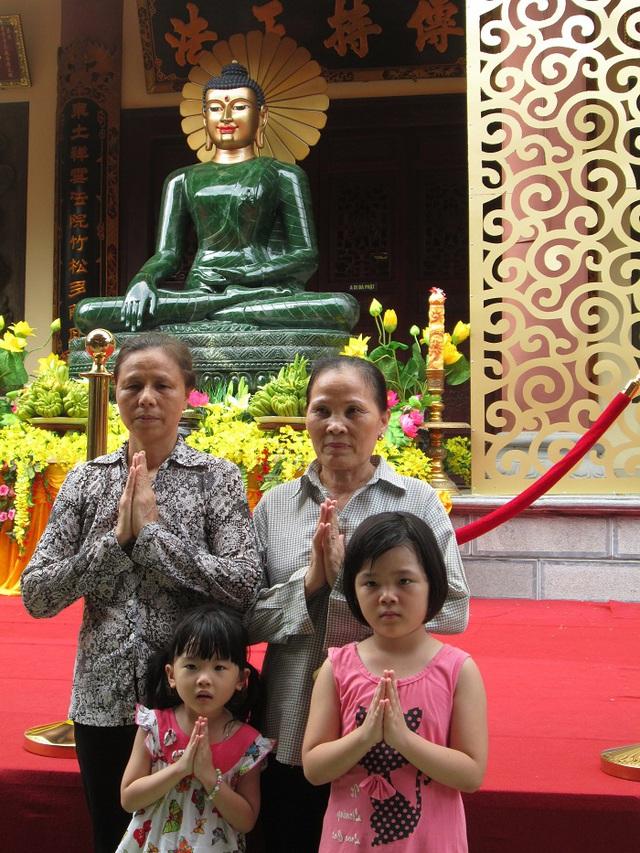 Tranh thủ lưu lại hình ảnh kỷ niệm với tượng Phật ngọc.