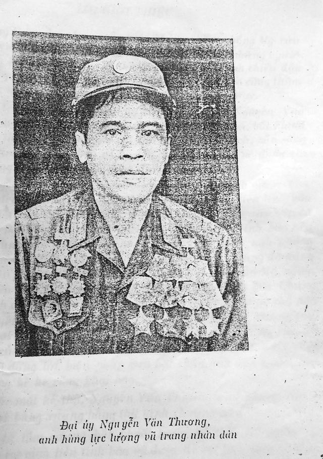 Anh hùng LLVTND, cán bộ tình báo Nguyễn Văn Thương, người bị địch cưa chân đến 6 lần, trong hồi ký của mình đã nhắc nhiều lần đến đồng đội Tư Tùng và ngôi nhà cũ có hầm bí mật.