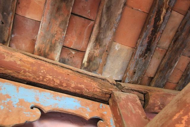 Các vị trí liên kết giữa đòn tay đỡ mái với các cột xuất hiện nhiều chỗ mục rỗng. Nhiều xà gỗ bị nứt nẻ, cong vênh khiến chúng không thể khớp nối nhau