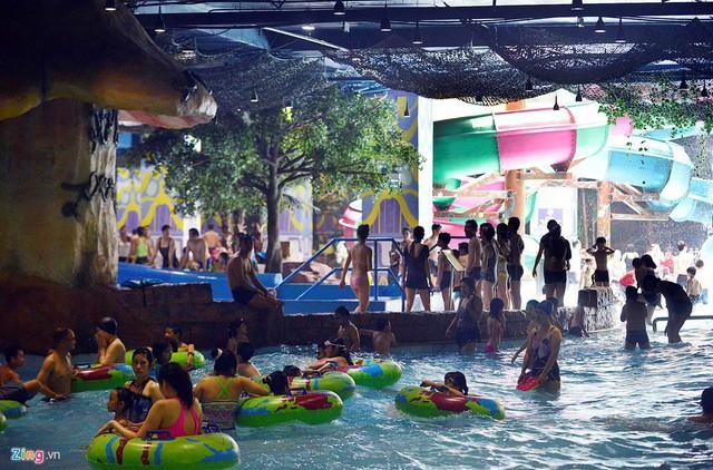 Chiều 13/6, không khí nóng hầm hập khiến nhiều bể bơi ở trung tâm thủ đô cũng đông khách hơn thường lệ.