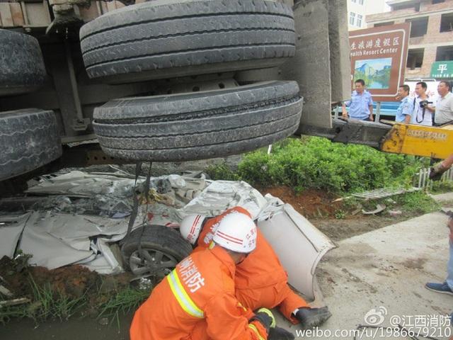 Lực lượng cứu hộ phải rất vất vả mới lôi được chiếc xe xấu số ra khỏi gầm container.