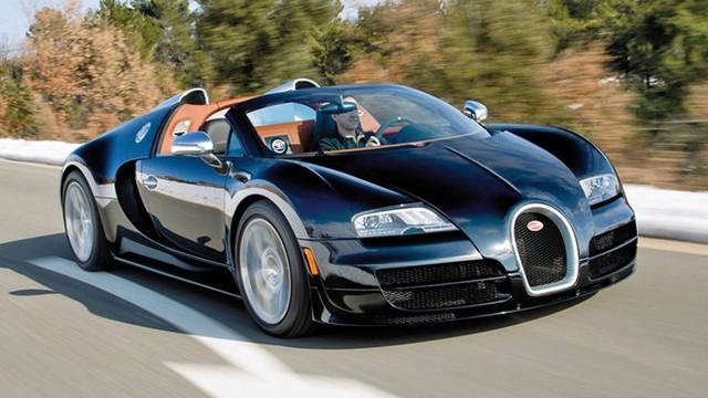 Ông hoàng tốc độ Bugatti Veyron Grand Sport Vitesse không thể vắng mặt. Xe xếp thứ 2 trong top 10 với vận tốc cực đại 408 km/h. Nó được trang bị động cơ W16 8.0 lít nổi tiếng gồm bốn tăng áp, sản sinh công suất tối đa 1.200 mã lực tại 6.400 vòng/phút và 1.500 Nm mô-men xoắn trong khoảng từ 3.000 đến 5.000 vòng/phút. Nhờ khối động cơ khổng lồ, xe có thể tăng tốc 0-100 km/h trong vòng 2,6 giây. Nó chạm tốc độ 200 km/h chỉ trong 7,1 giây và chỉ mất 16 giây để đạt tới vận tốc 300 km/h, những con số tương đương với xe đua F1.