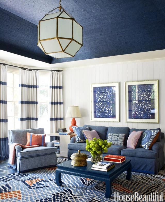 9. Sơn trần với gam màu tối đối lập sẽ tạo ảo giác nâng cao trần nhà.