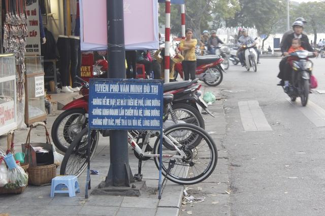 Bất chấp biển cấm, các hộ kinh doanh vẫn ngang nhiên để xe lấn chiếm vỉa hè ở phố Hàng Đào.