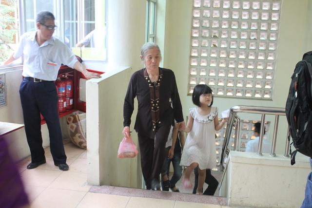 Đầu giờ sáng, công dân phường Quan Hoa đã nô nức tập trung về các tổ bầu cử để thực hiện quyền công dân.