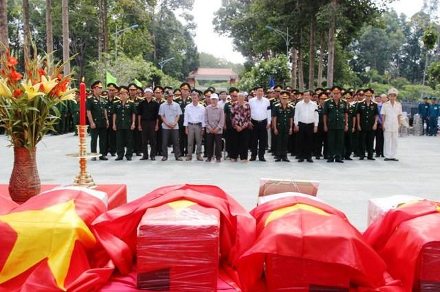 Sáng 5/6, tại Nghĩa trang liệt sỹ An Nhơn Tây huyện Củ Chi, TP.HCM đã diễn ra lễ an táng 14 hài cốt liệt sĩ. Ảnh : Chí Thạch