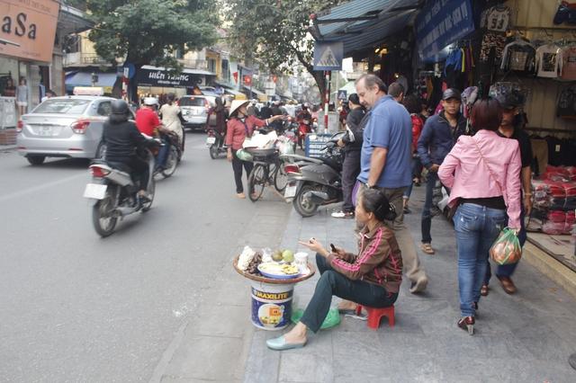 Hàng rong được bày bán cả xuống lòng đường trước sự ngỡ ngàng của du khách ngay cạnh tấm biển Tuyến phố văn minh.