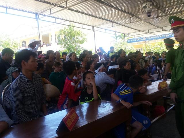 Rất đông người dân đến chứng kiến phiên tòa sáng nay. Ảnh: Lê Chung